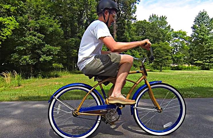 Мужчина за велосипедом