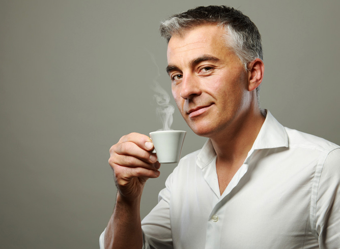 Мужчина пьет коффе
