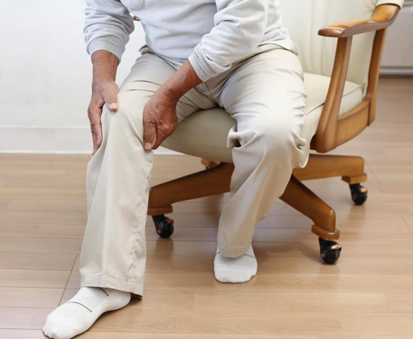 У мужчины болит нога